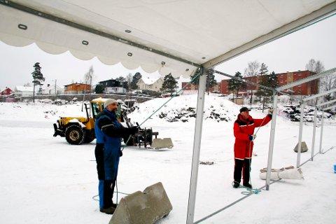 OL-arenaen tar form. Brevik Olympiske Komité jobber dugnad med å sette opp OL-telt på Furulund stadion der lekene skal skje.