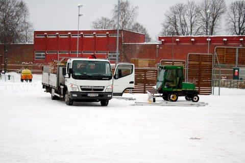 Det er både lastebiler, traktorer og mannskap som lånes ut til Brevik Olympiske Komité for at de skal få laget ferdig OL-arenaen.