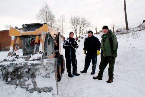 Bakkejernbakken er blitt hard og blank, og det bygges opp en snøkant som skal fange opp de som eventuelt faller i bakken. Dugnadsgjengen er her Per Henrik Rydning, Tore Andersen og Finn Antonsen.