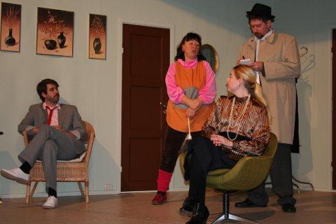 FORVIKLINGER: Stykket er fullt av forviklinger. Fra venstre Lars Erik Lyngstad, Kirsten Jåvold Hagen, Anette Steingrimsen og Tore Velsand Skogstad. Foto: Privat