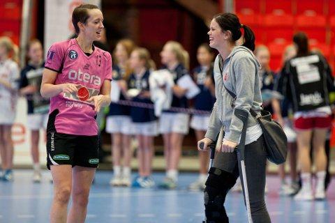 Kristine Lunde-Borgersen og LHKs langtidsskadde Tine Stange. (Foto: Peder Torp Mathisen)
