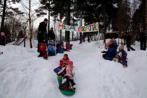 En av OL-grenene i Brattås barnehage fredag var å renne på akebrett. Det gikk fort ned bakken.