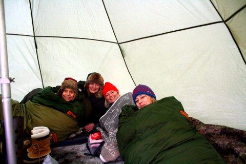 Morsdag: Disse breviksdamene tilbragte lørdagsnatta i lavvo i Bullåsen i OL-byen, og de våknet morsdagsmorgenen til en strålende vakker vinterdag. Fra venstre Trine Haugård Lid, Britt Kamfjord, Tone Bente Bergene Holm og Hege Haugård.