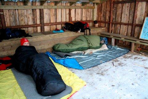 Gapahuk: To damer overnattet like godt i gapahuk i Bullåsen lørdagsnatta. De skule jobbe for idrettslaget på OL-arenaen i Brevik søndag. Helle Andresen og Marte Øyvang koste seg i de varme soveposene sine.