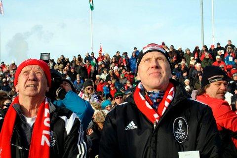 OL-president John Fredrik Tittei Fosse og skikongen Oddvar Brå ser på OL-ilden som Brå nettopp har tent på Furulund.