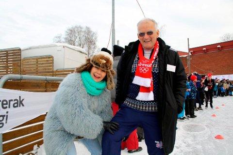 Brevikspostens medarbeider Vivi Sævik konstaterer at lårmuskulaturen til skøyteveteranen Svein-Erik Stiansen fortsatt er såkalt fast fisk, og dessuten ganske så spenstig. Stiansen syntes det var fornøyelig å bli spurt om å bli muskelkontrollert i OL-byen Brevik.