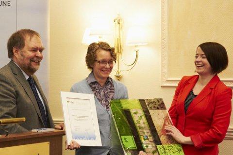 Kriss Rokkan Iversen (t.h.) og Kjersti Elise Tønnessen Busch fikk Nykomlingsprisen fra fylkesråd Arve Knutsen i dag.