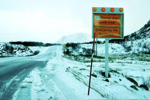 Vegstrekninga Kjølhågen på Andenes er stengt i dag morges på grunn av sterk vind.