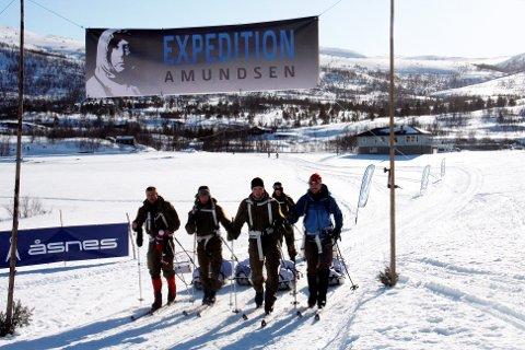 Team Dale Oen var første lag i mål i årets Expedition Amundsen. Laget består av lagleder Robin Dale Oen, Tor Aanen Kallekleiv, Mats Kristian Mollandsøy, Eskil Hagtvedt og Matias Madsen.