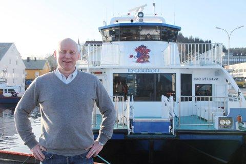 """Rolf Kristiansen framfor """"Rygertroll"""". Verdas første båt av denne typen med karbonpropell."""