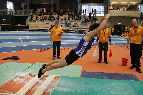Eivind strakk seg til ein sølvmedalje i lengde utan tilløp.