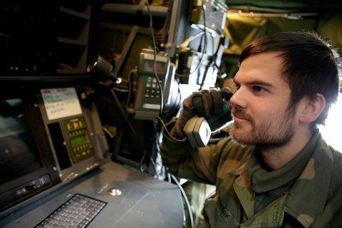 Daniel Dretvik sørger for samband under øvelsen.
