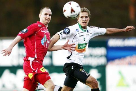 Espen Nystuen (LSK) og  Kenneth di Vita Jensen (Hønefoss) i kampen om ballen under lørdagens Tippeliga-kamp.