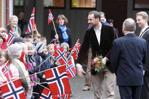 Her er Kronprins Haakon Magnus på besøk i Os i 2006. I mai besøker han Stend videregående skole.