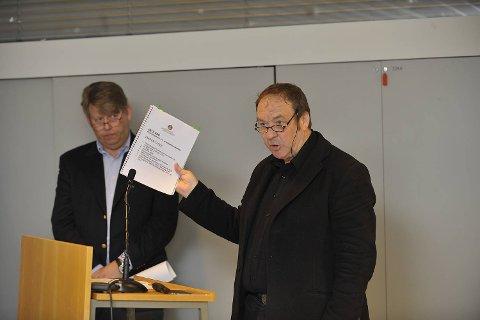 Per Gjesdahl, driftssjef i kommunens Bergen kommunale bygg (BKB), forklarte seg først under høringen. Til venstre BKB-direktør Kjell Aga.