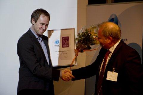 PRIS: Måløy-bedriftene Videonor AS/ Seevia AS vann årets nyskapingspris. Her tek gründer Jørn Mikalsen imot prisen frå NHOs regiondirektør Jan Atle Stang.