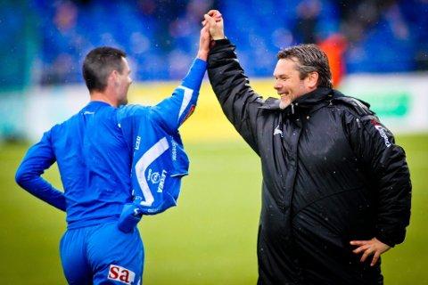 Mehmed Divanovic og Roar Johansen jubler etter at førstnevnte har satt inn 4-4-målet for Sarpsborg 08 på overtid.