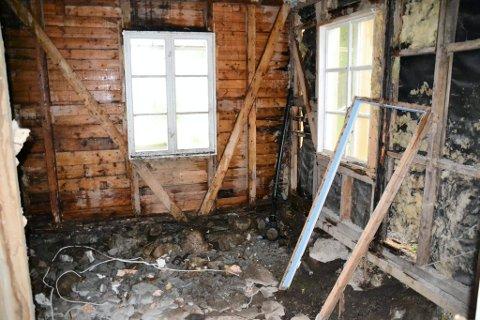 Då Gjervik også måtte skifte  taket, kom det eit forferdeleg regnvêr og vatnet fossa inn i huset.
