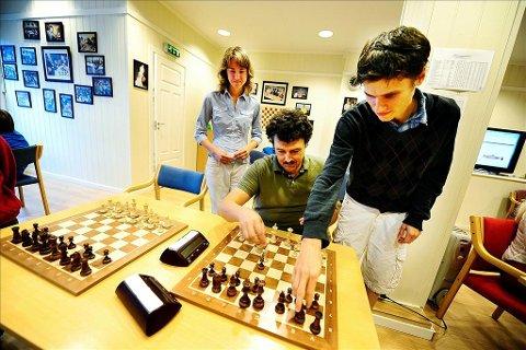 Sjakkspillere: Ellinor Frisk, Tore Kristiansen og Axel Smith spilte sjakk på Fagernes.