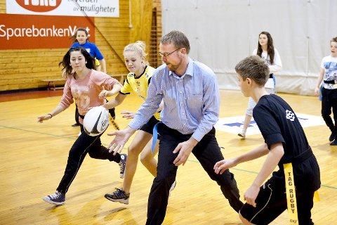 Lærerne, legene og idretten krever én time gym på skolen hver eneste dag. Her er det skolebyråd Harald Victor Hove (H) som får kjørt seg i en gymtime på Garnes ungdomsskole i fjor høst.