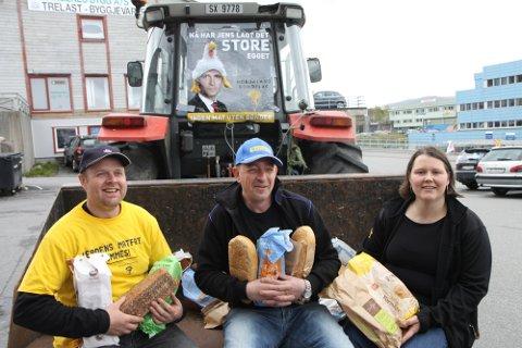 AKSJONERTE: Bøndene sine aksjonar heldt fram. Roar Angelskår, Jan Magne Kjeilegavlen og Frøydis Haugen bidrog til å tømma brødhyllene tirsdag.