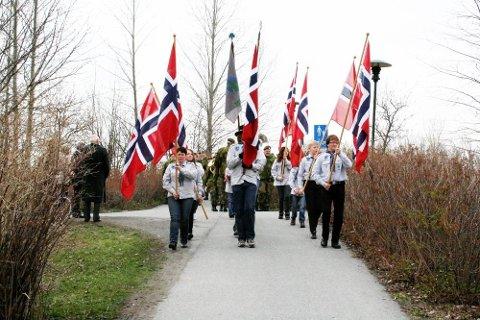 FIN START PÅ DAGEN: Speiderne i Mosjøen ledet an i prosesjonen til hovedstøtten over de falne ved Dolstad kirkegrård. (Foto: Marit Almendingen)