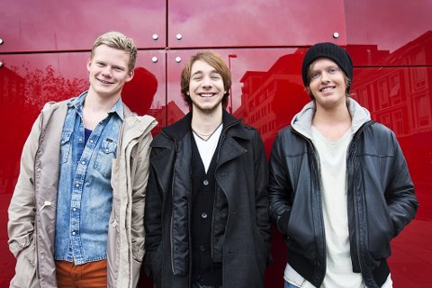 Førdebandet Samora består av Erik Henden Aaraas (midten), Kim-André Danielsen (t.v.) og Asbjørn Reksten Stigedal. I tillegg er Kristian Ingvaldsen på trommer. Dei er ikkje i tvil om at dei vil delta i konkurransen.