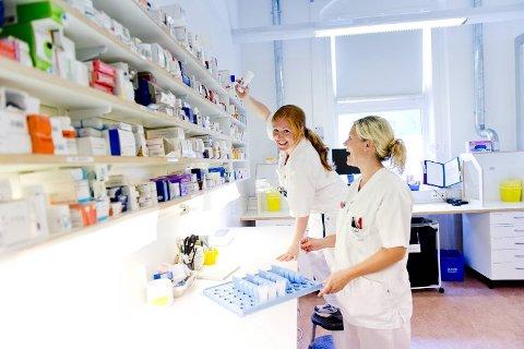 Sykepleierne Maria Sætveit (bakerst) og Hildegunn Nesse venter barn i juli og august. De er fornøyde med at de får tilrettelagte arbeidsoppgaver når de er gravide. -Det er godt å slippe kveldsvakt da jeg er svært trøtt om kvelden, sier Sætveit.