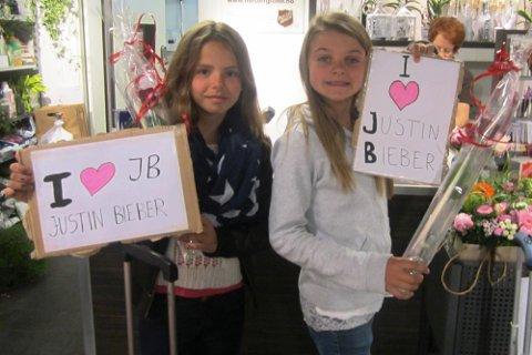 BLOMSTER TIL JUSTIN BIEBER: Sofie (11) og kusina Eline (12) kjøpte roser som dei fekk gitt til idolet. Ingen tvil om at dei er ihuga fans. (Privat foto)