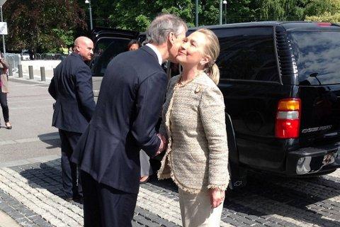 Clinton og Støre roer ned i Tromsø.