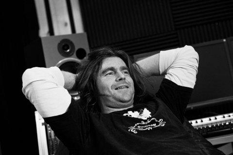 Jan Tore Befring er vokallist og gitarist i to band og sologitarist i eit tredje band.