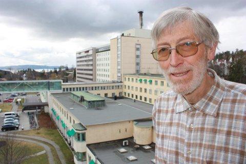 Professor Johan Emilian Moan ved Radiumhospitalet hevder at mer D- vitamin kunne hindret 1000 kreftdødsfall i Norge hvert år. ? Ta solarium, spis D- vitamin tilskudd. Selv fem skjeer tran er ikke nok om dagen, sier Moan.