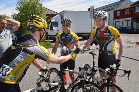 VANT: Yngvar Hansen og Erik Nordstoga fra Mosjøen vant sykkelrittet  Namsen rundt.  Trond Are Rasmussen ble nummer tre og gratulerer vinnerne. (Foto: Marius Granli)
