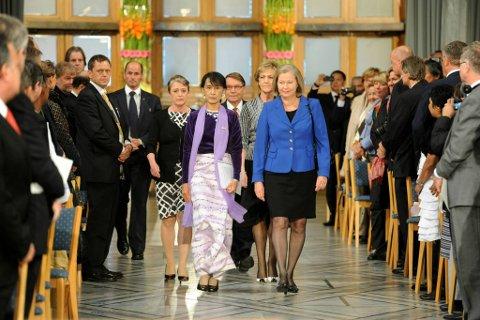 Til tonene av Ole Bulls «I ensomme stunde» kom nobelseremonien i Oslo rådhus for Aung San Suu Kyi i gang lørdag ettermiddag. Fiolinisten Guro Kleven Hagen hadde æren av spille for Aung San Suu Kyi. Suu Kyi ankom rådhuset like før klokken 13 og ble mottatt med jubel fra de mange frammøtte. Hun ble ledsaget inn i rådhuset av Kaci Kullmann Five, nestleder i nobelkomiteen. Det hang mørke skyer over hovedstaden da fredsprisvinneren ankom, men inne slo varmen mot henne.