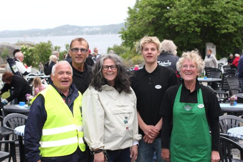 Frivillige: Kjell Vidar Larsen (b.f.v.), Andreas Dreng, Knut Alsaker, Hege Borgir og Ellen Midtvik jobbet for at alle skulle få en fin feiring.