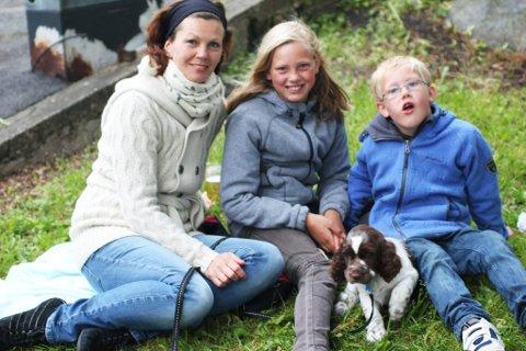Tradisjon: Hege Solli Berg og barna Victoria (10) og Jonas (7) er alltid på Tollerodden på Sankthans. I år hadde de med seg valpen de nettopp fikk. (Foto: Caroline Vagle)