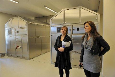Møllendal kapell ble i 2010 rehabilitert og fikk nytt krematorium. Av alle som døde i Bergen i fjor, ble syv av ti ble kremert. Her er Inghild Hareide Hansen (til h), leder for gravferdsforvaltningen ved Bergen kirkelige fellesråd, og Kristin Moen, driftsleder for bygg.