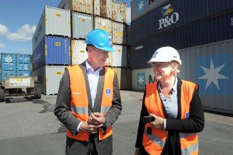Sturla Henriksen i Rederiforbundet diskuterer sjøtransport med Camilla Furuholmen, som er distriktssjef i Sydhavna i Oslo Havn.