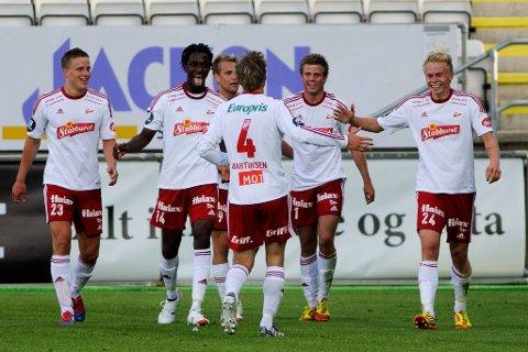 FFK-spillerne feirer etter scoring.