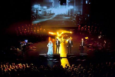 Rørende og vakkert: Hanne Krogh og hennes tre tenorer fikk fram både klumpen i halsen og latteren med sin historie og sin sang. I bakgrunnen Tunklang Vokalensemble. (Foto: Peder Torp Mathisen)