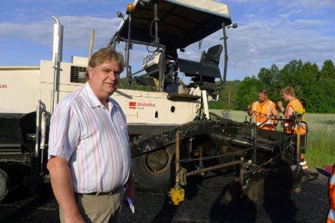 Leder i hovedutvalg for samferdsel, areal og miljø, Kåre Pettersen, fikk oppleve to uhell under onsdagens befaring. Først gikk asfaltbilen i grøfta, deretter gikk kniven på asfaltleggeren i stykker. (Foto: Eva Almhjell/Vestfold fylkeskommune)