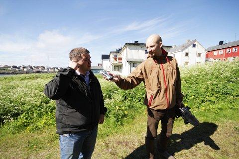 PÅ NYTT: Kan du si det en gang til, spør Andreas Ursin?Hellebust, og slår på båndopptakeren. Dermed må Svein Harald Holmen gjenta sin fortelling om husene som får nytt liv.
