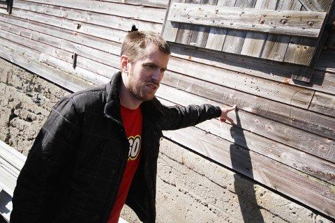 SPOR: Sveinung Mikkelsen ser en vegg allerede merket med kunst.