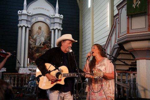 Det var ein fullsett kyrkjekonsert i Breim kyrkje laurdag. Blant anna med Bobby Bare.