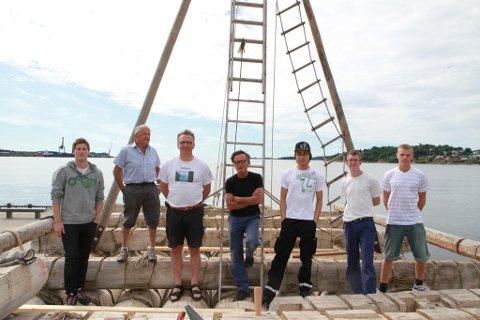 Byggingen av Kon Tiki går sakte med sikkert framover. Fra v.: Vetle Terland Nilsen, Jan Høeg, Hans Petter Skontorp, Øyvin Lauten, Tin Vu, Jim Vik Mathisen og Oscar Huke Olsvik.