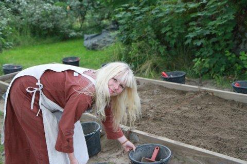 Inger Merethe Johnsen gjør klar arkeologiutgravingen til neste pulje med ivrige arkeologer
