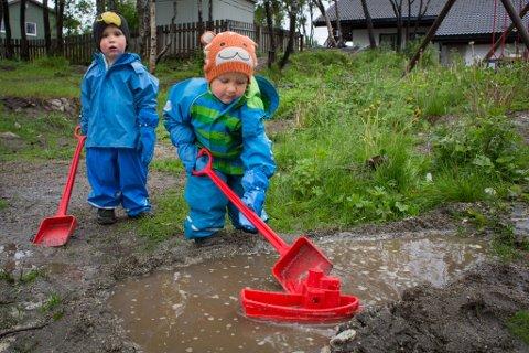Fredrik og Kristian Angelsen i Ekrehagen barnehage stortrives i våte lekeomgivelser.