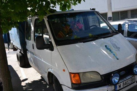 BILEN: Bilen som ble brukt under innbruddet på Oppland Metall, med bulgarske skilter, får den kvinnelige siktede beholde.