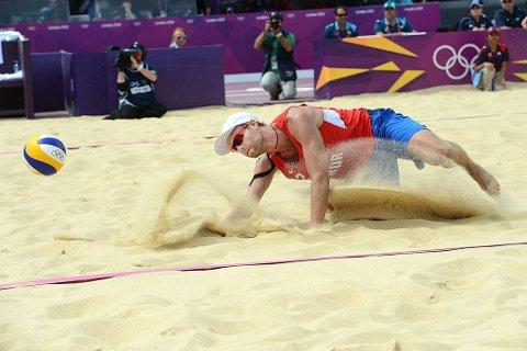 Tarjei Skarlund (bildet) og Martin Spinnangr røk ut av OL-turneringen i sandvolleyball i åttedelsfinalen fredag.
