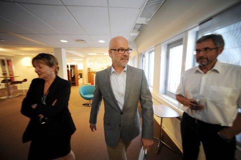 Konsernsjef Thor Gjermund Eriksen (midten) fikk tirsdag beskjed om at A-pressens oppkjøp av Edda Media er godkjent med vilkår. Her flankert av A-pressens Anne Setsaas og Jens Olai Jenssen.